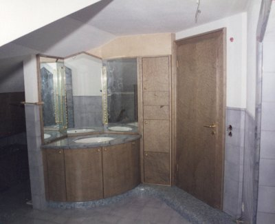 Badezimmer in Vogelaugenahorn