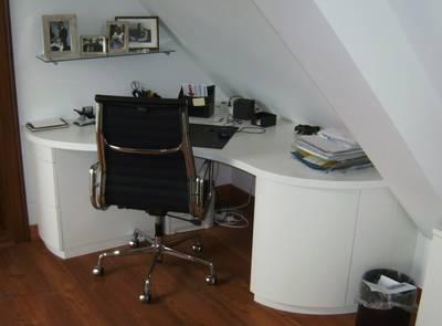 Schreibtisch in Dachschräge eingebaut