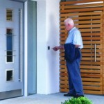 Tür mit Sicherheitsbeschlägen von Häfele