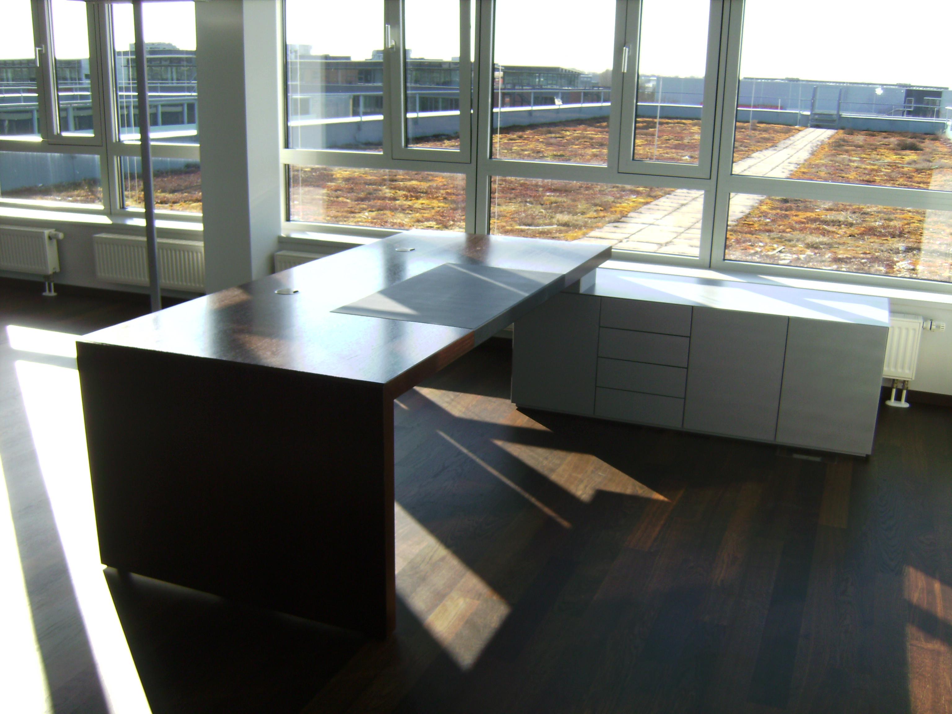 Schreibtisch in Eiche braun gebeizt und lackiert.