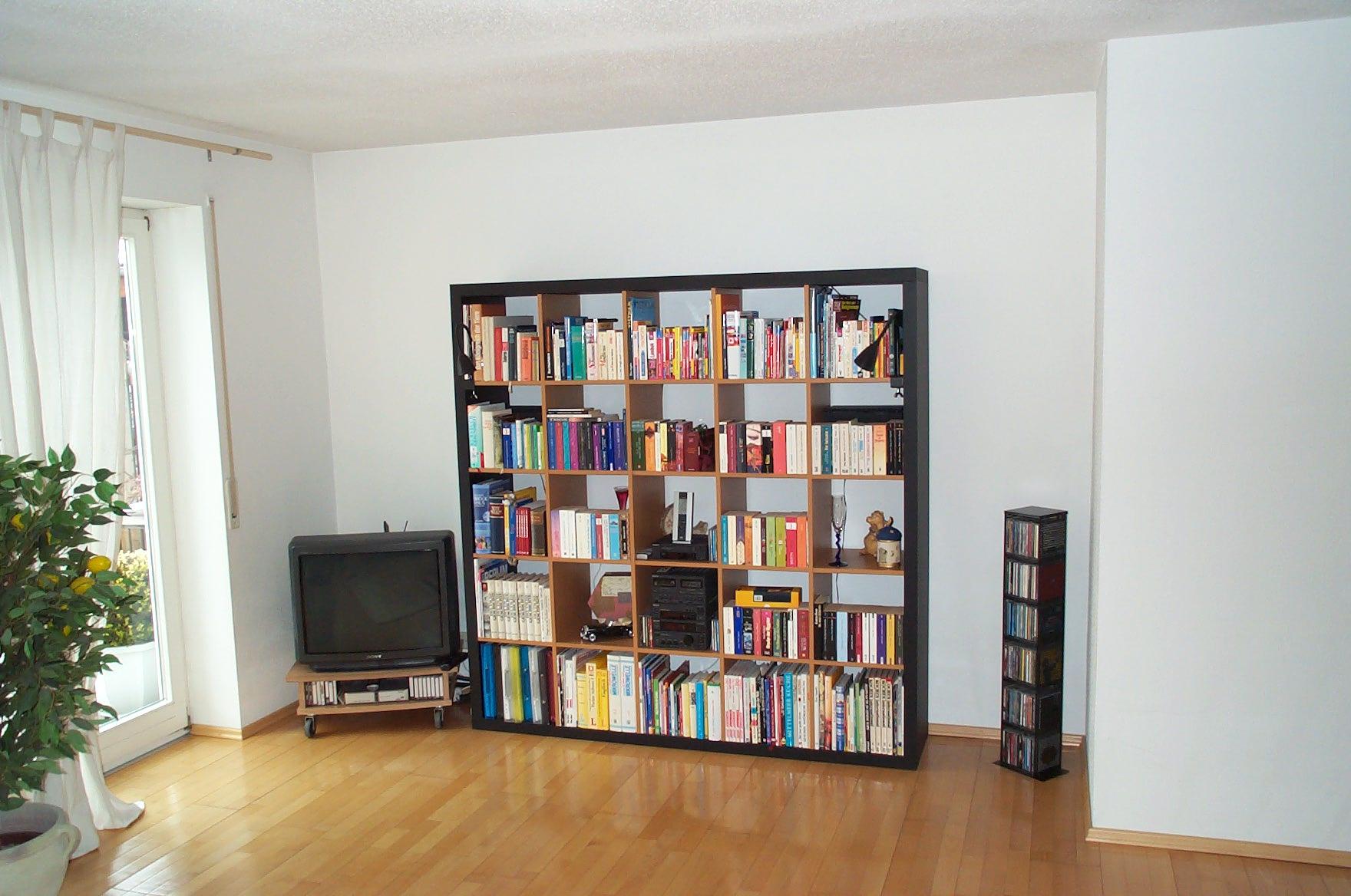 Wohnzimmerregal in Lack schwarz und Buche