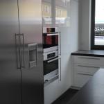 Küche mit Hochglanzfronten und Edelstahl Kühlschrank, Geräte und Türen mit Relinggriffen