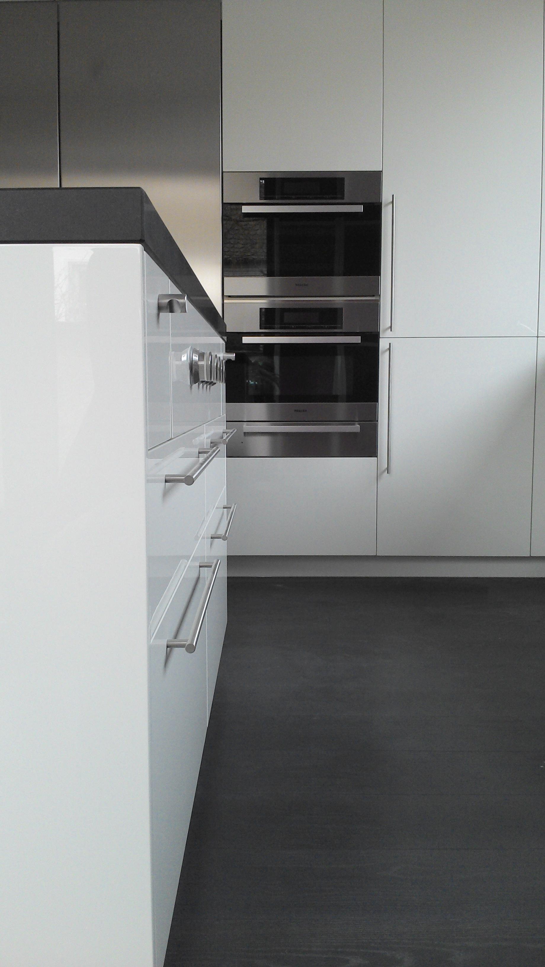 Küche mit Hochglanzfronten und Edelstahl Kühlschrank, Geräte