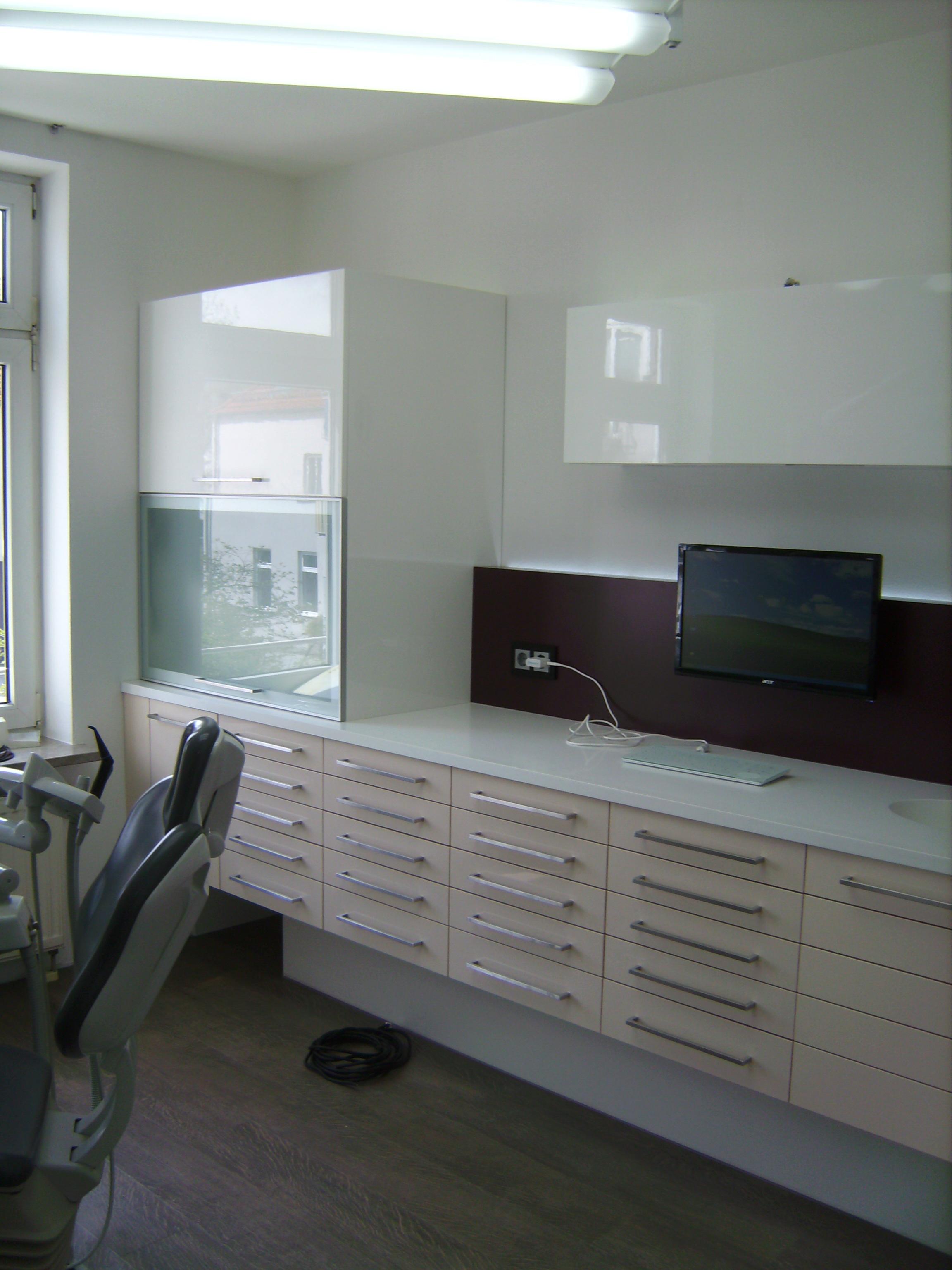 Behandlungszimmer in Lack und LG-Himacs, Auszüge für Zahnarzt passend, Bügelgriffe in Edelstahl,