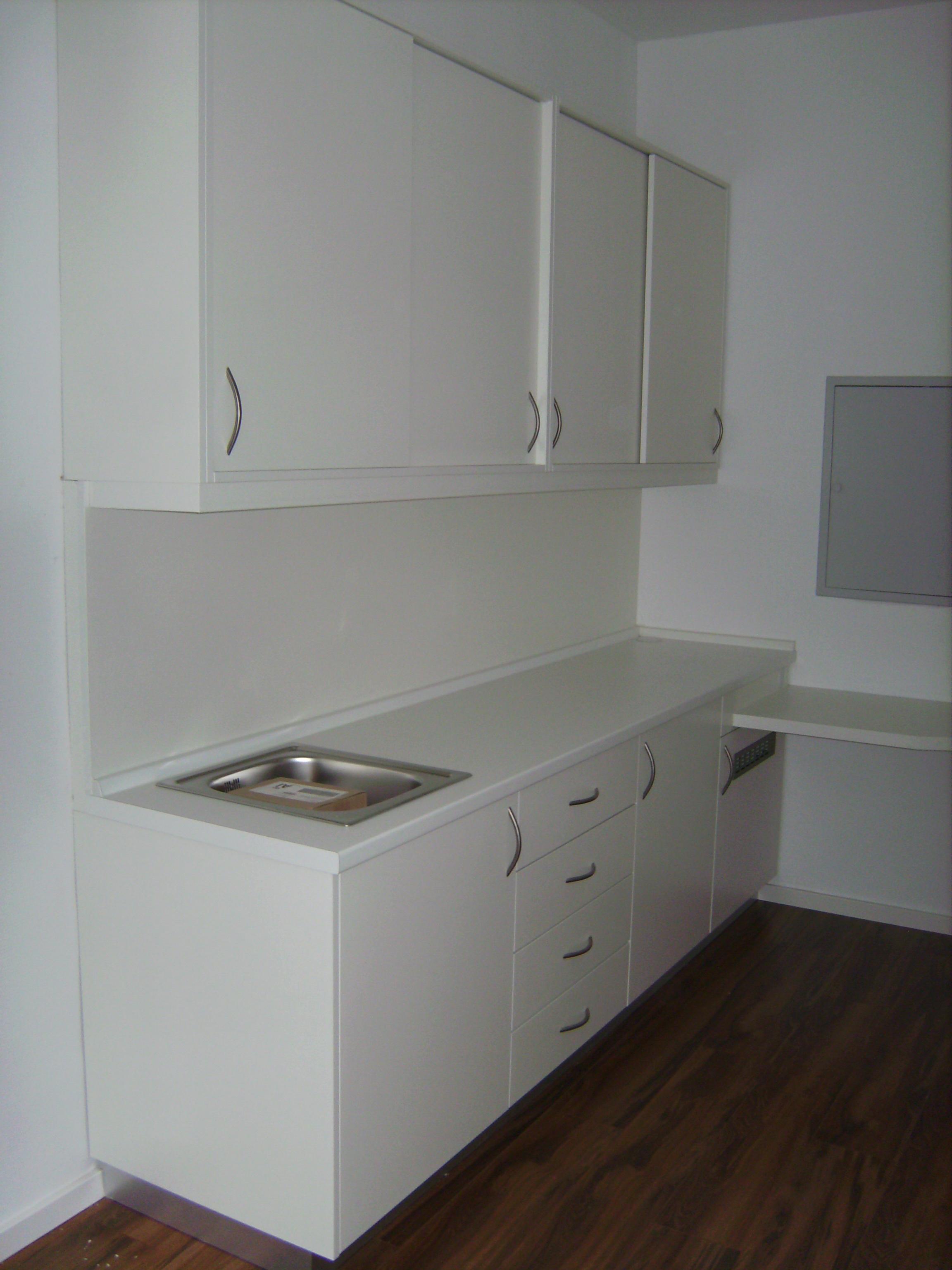 Büroküche mit Hängeschrank