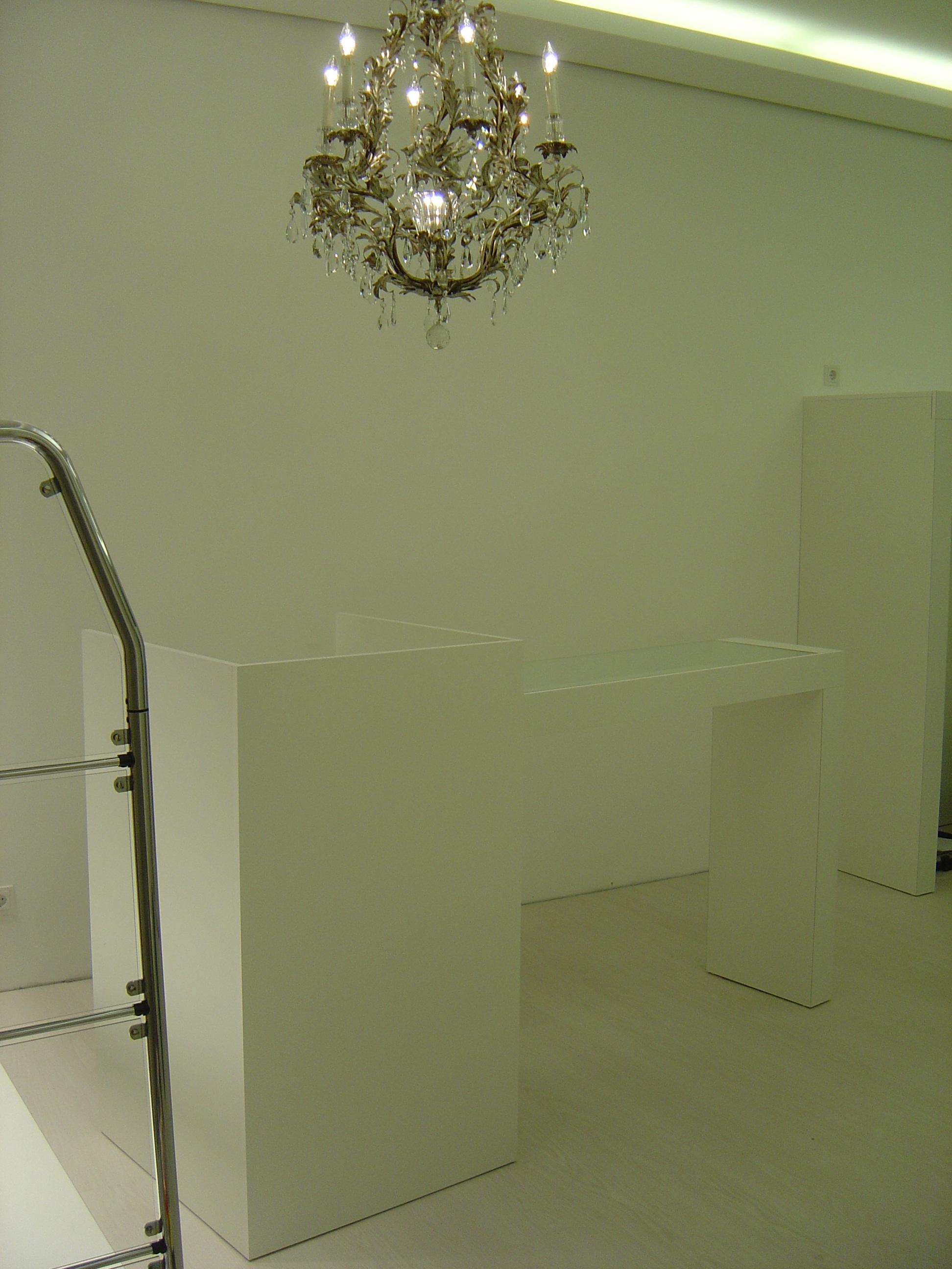 Verkaufstischchen in weiß mit Glas