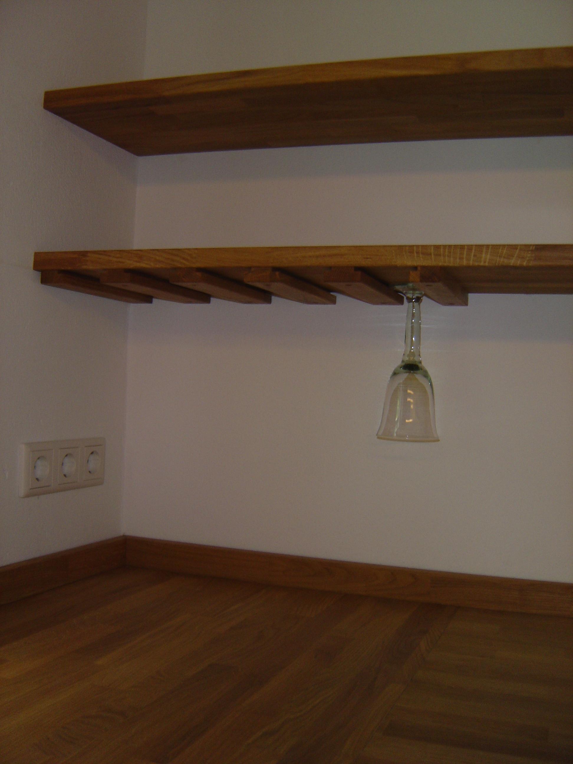 Küche rustikal mit Board mit Halterung für Gläser