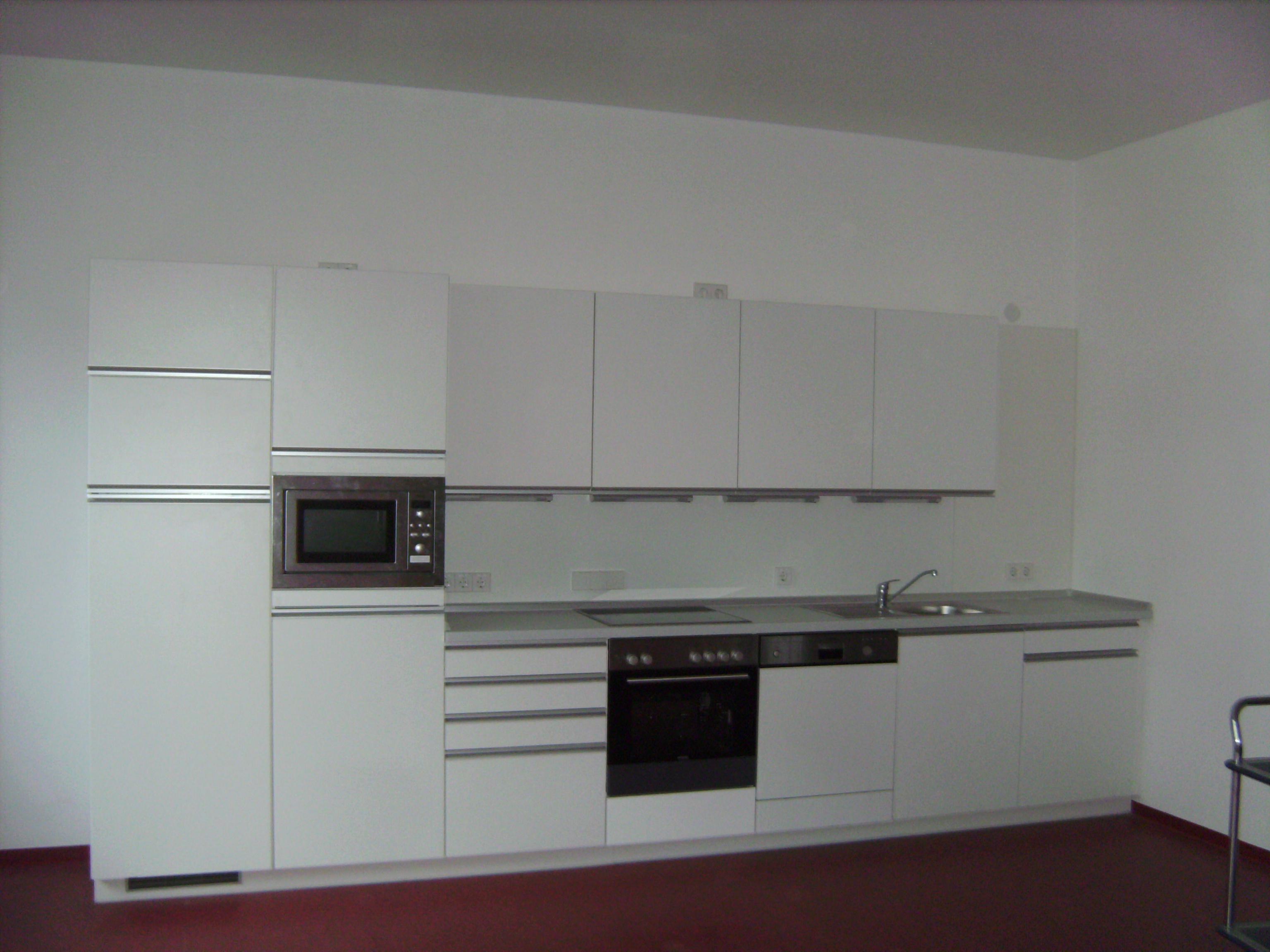 Küchenzeile in weiß mit integrierten Griffleisten, Mikro,