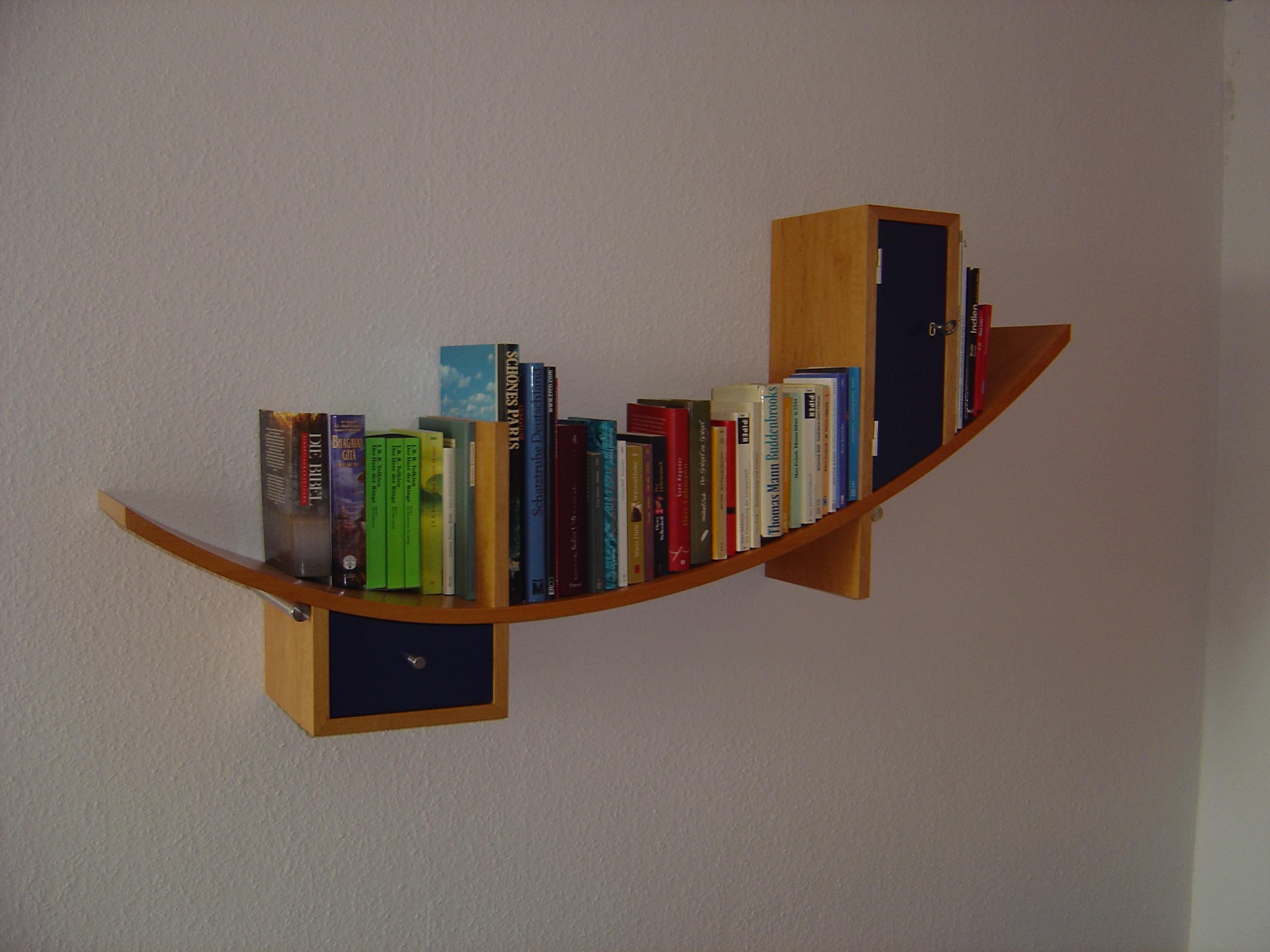 Bücherboard formverleimt in Erle furniert, Schubkasten und Tür in blau lackiert. Auhängeng durch Edelstahlträger