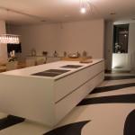 Küche mit Durchgangstür und Kochinsel mit BORA Dunstabzug integriert