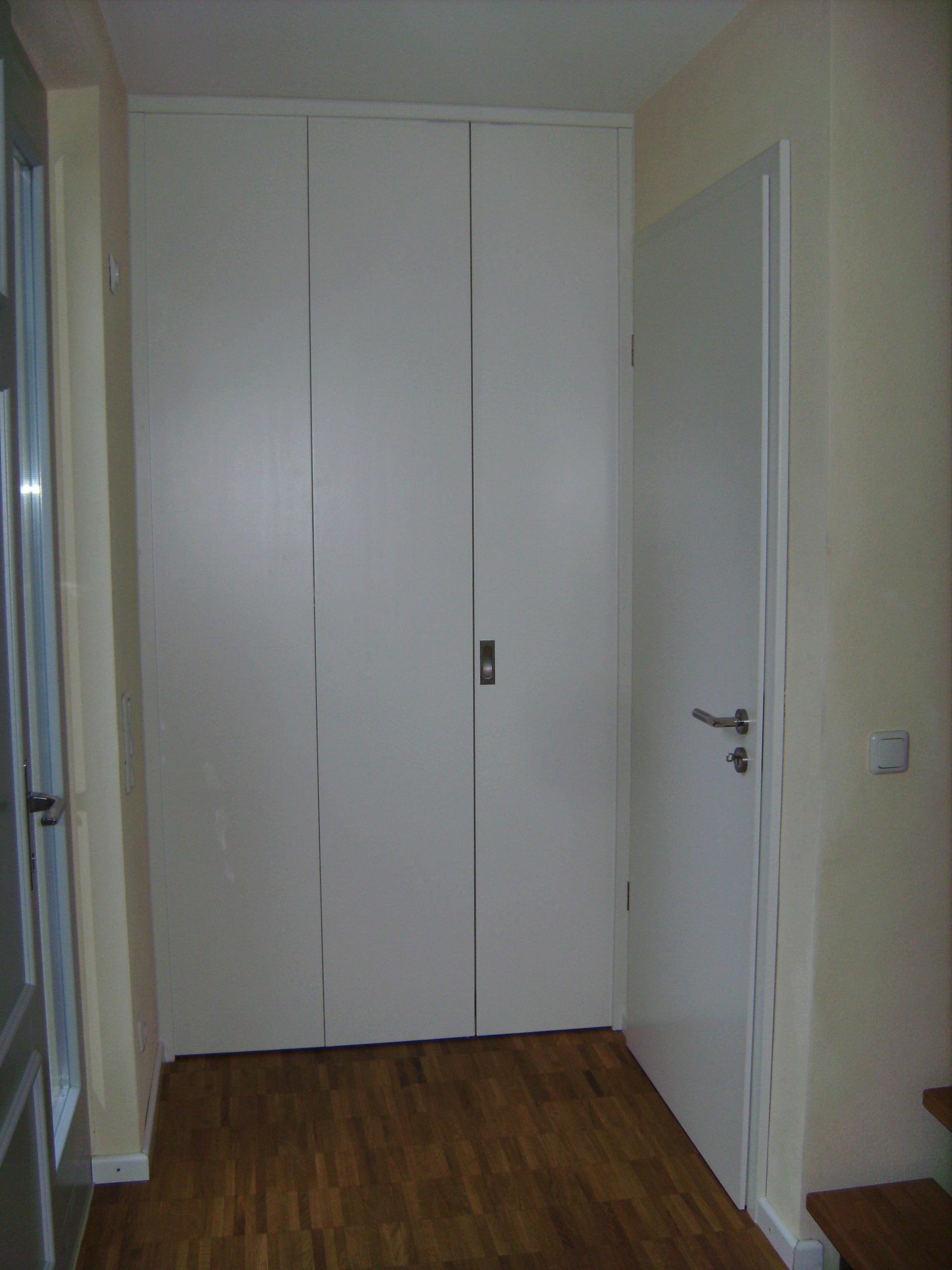 Garderobe mit Falttür in weiß passend zur Zimmertür