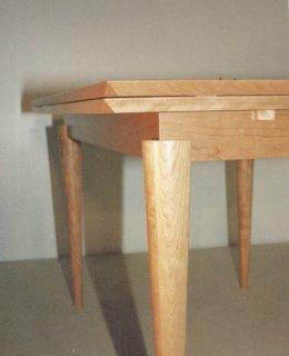 Tisch in Ahorn mit gedrechselten Füßen, verlängerbar