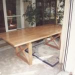 Tisch in massiver Ausführung mit Gestell und gekreuzten Leisten