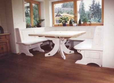 Sitzbank klassisch weiß gekalkt mit geschwungenem Tischgestell