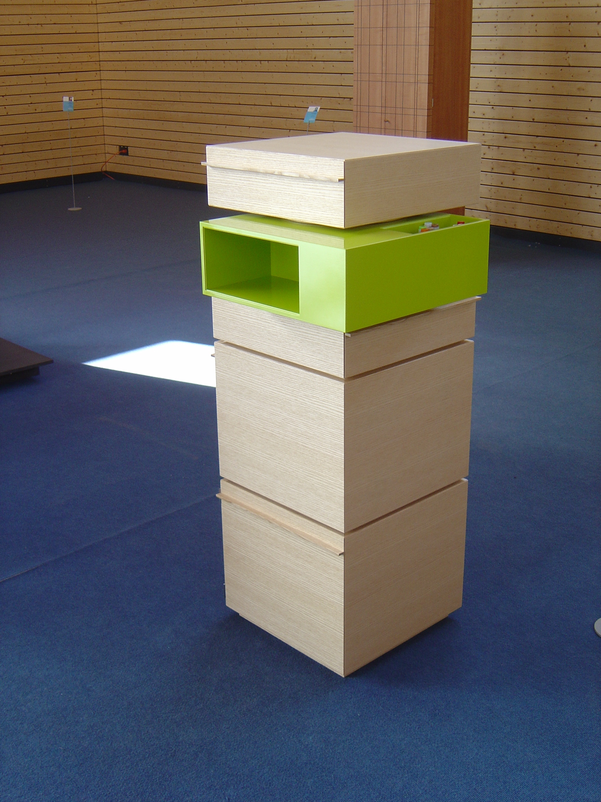 Büroturm als Meisterstück in Esche matt lackiert