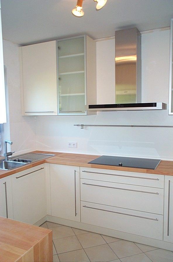 Küche mit Glastürhängeschrank
