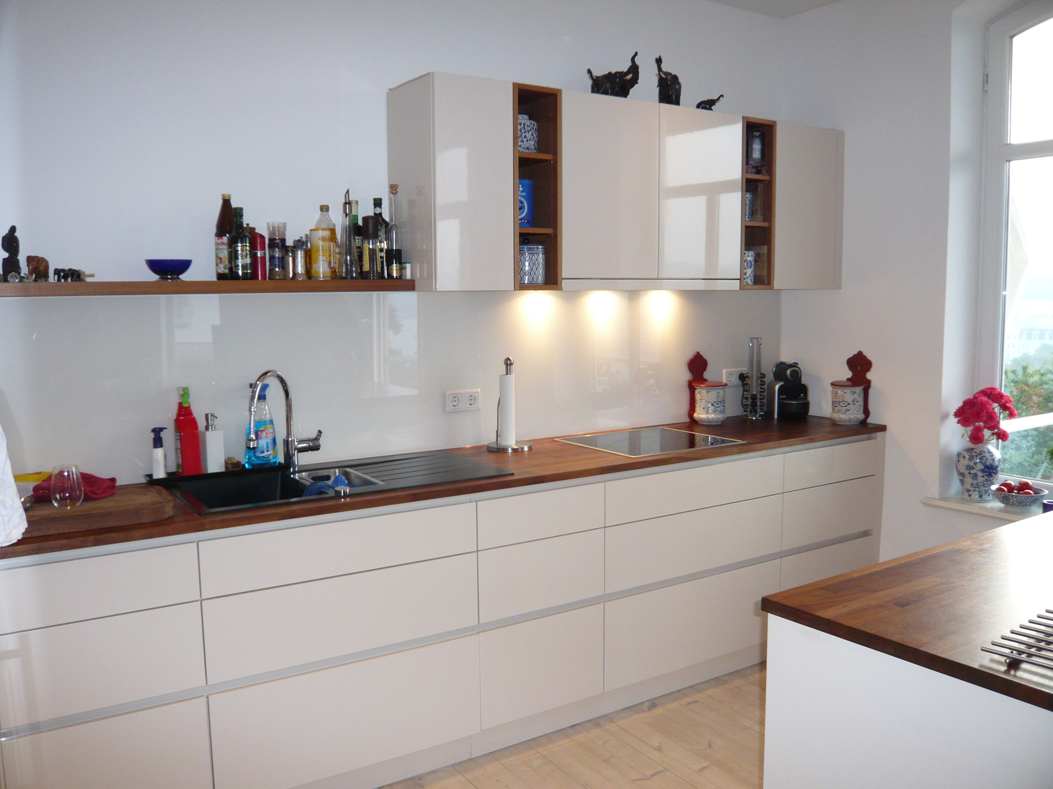 Küche hochglanz lackierte Fronten, halbhohe Schränke