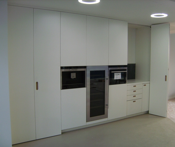 Küche mit links und rechts Falttüren