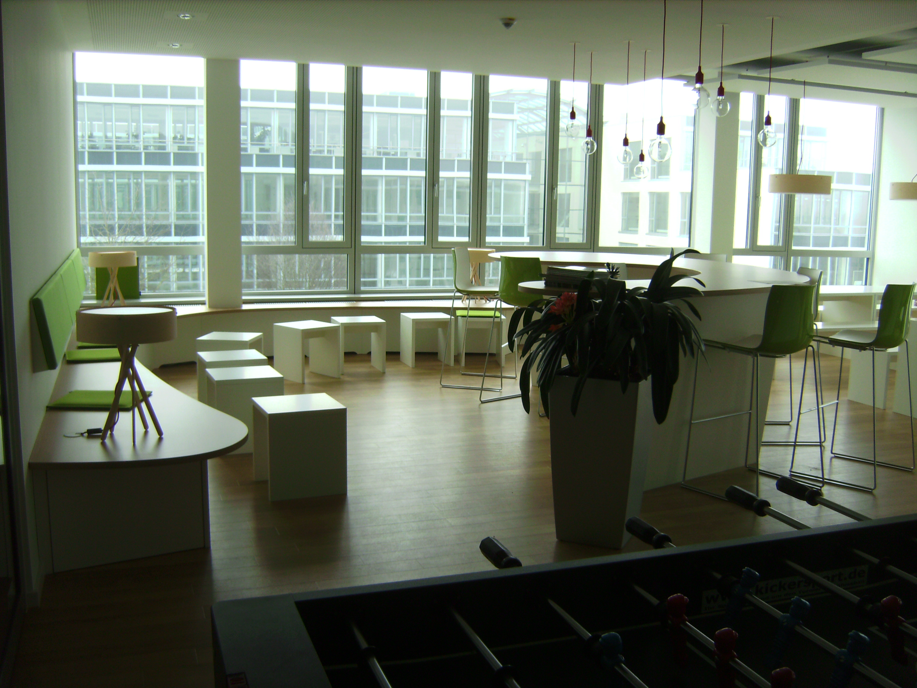 Kantine mit Sitzbänken und Stehtischen vom TÜV SÜD