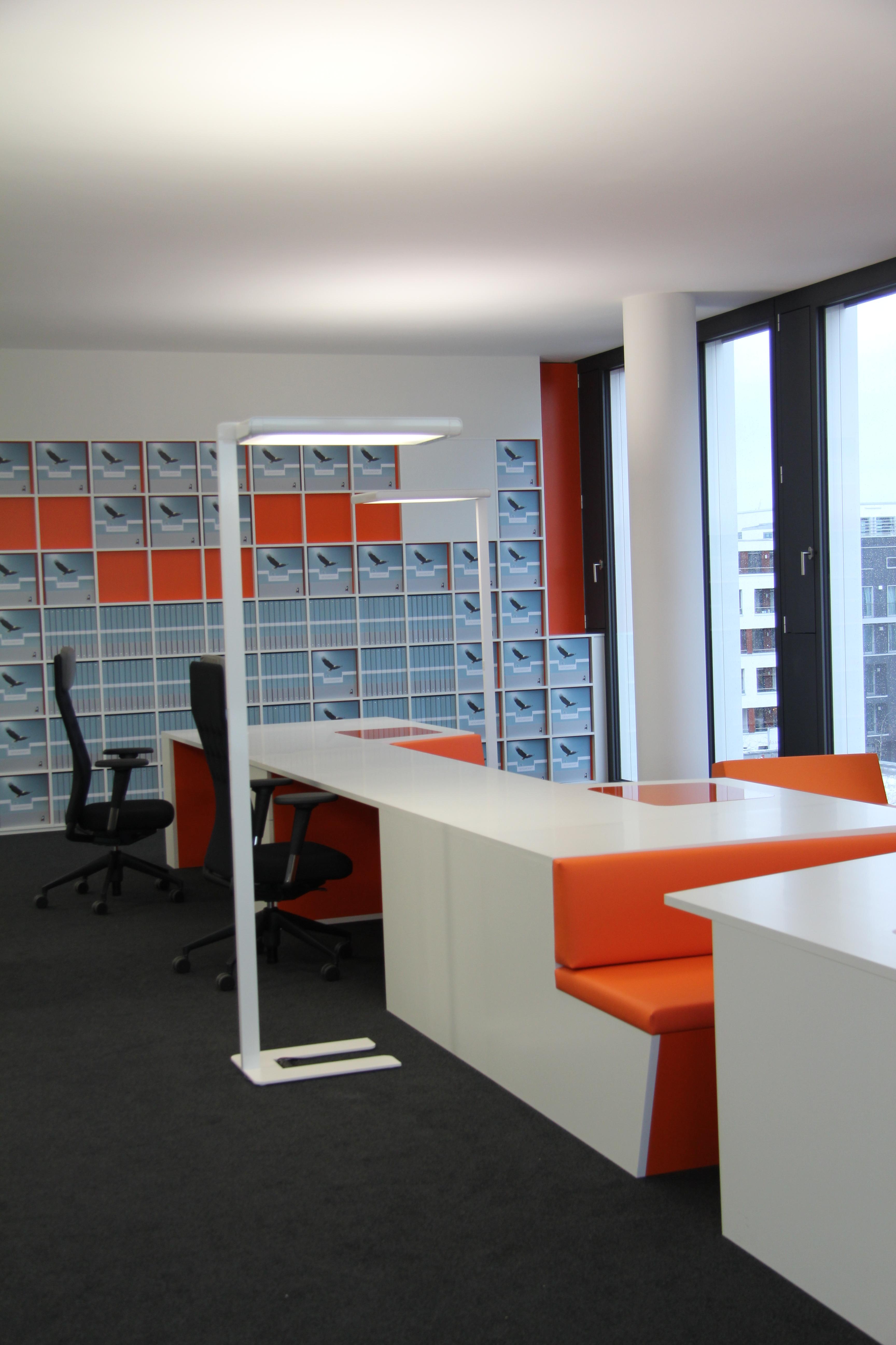 Beratungs Kojen in orange und weißem HPL belegt, Kanten in 2 mm ABS gerundet