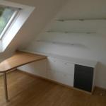 Arbeitsbereich mit Sideboard mit 3 Türen, 2 Schubkästen und 5 Schubkästen. Wand